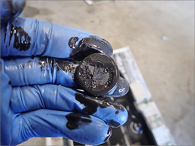 オイルパン内にある鉄粉吸着用磁石