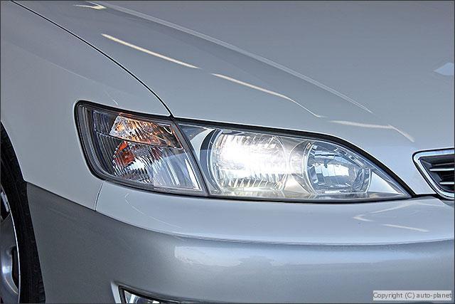 明るい純正HIDライトを採用しています。社外品に比べ視認性に優れています。