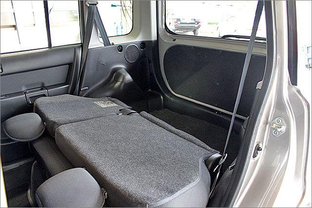 リヤシートをたたんでみましょう。。。