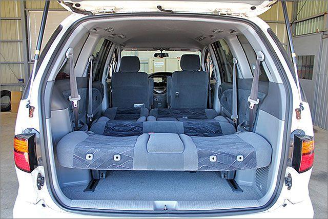フルフラットになります、大きなスペースで車内泊もできます。