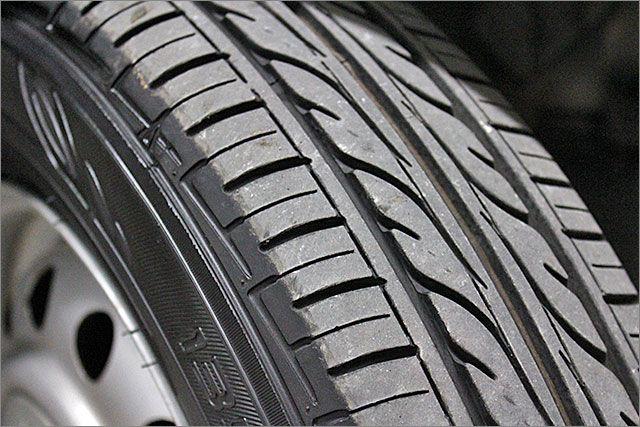 タイヤの残り溝は8分山程度ありますのでこのままお乗りいただけます。