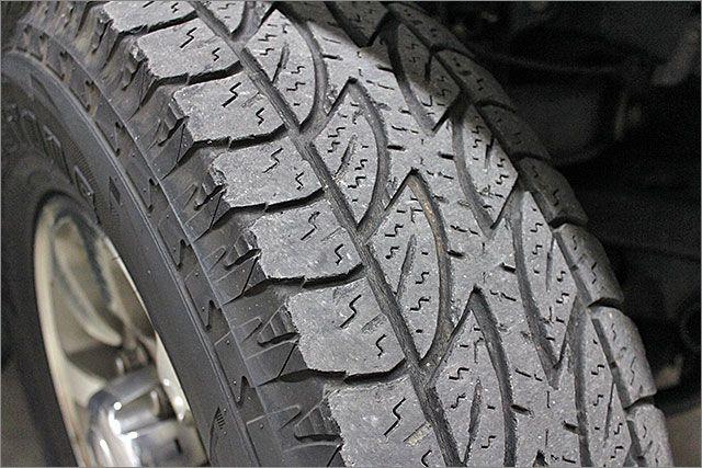タイヤの残り溝は半分くらいです。
