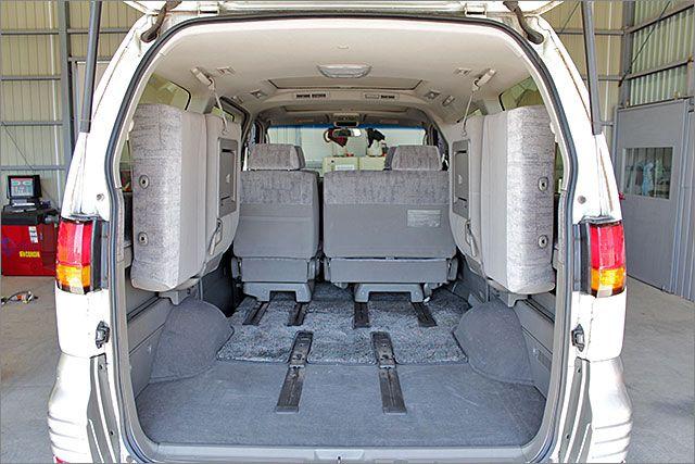 リヤシートは跳ね上げ式です。荷台スペースは広々で、大きな荷物の積み下ろしも簡単に出来ます。