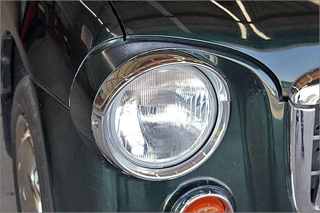 ヘッドライトカバー上面の塗装がすこし薄くなっています。