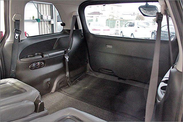 リヤシートをたたんでみましょう。
