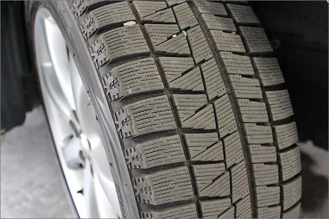 スタッドレスタイヤになります、夏用タイヤではありませんのでお間違いなく。オプションで夏用タイヤにも変更できます。
