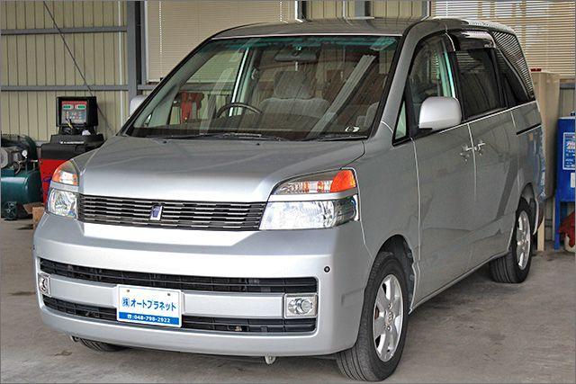程度良好の車検整備と保証付きのヴォクシーです。装備は DVDナビ DVDビデオ リヤエアコン&ヒーター ETC HIDライト 15インチアルミホイル