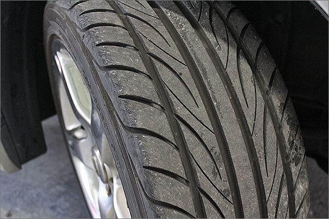 タイヤの残り溝は7分山程度ありますのでこのままお乗りいただけます。メーカーはヨコハマタイヤです。