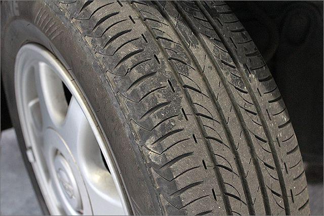 タイヤの残り溝は半分位ありますのでこのままお乗りいただけます。