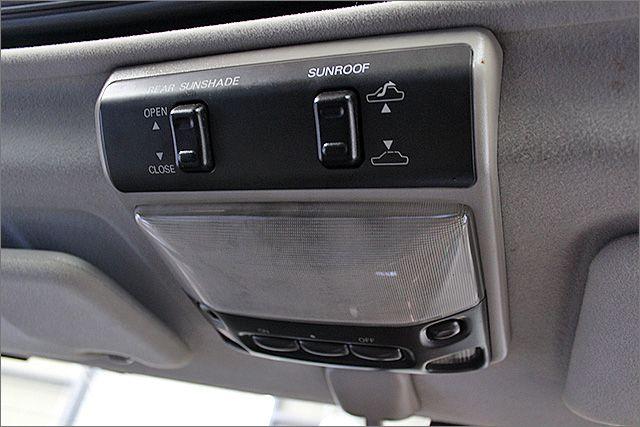 サンルーフも開閉はこちらのスイッチで操作が可能です。