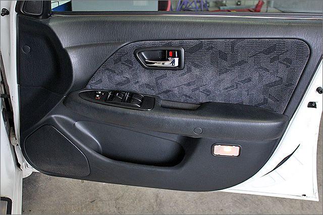 運転席ドア内張りの状態です。