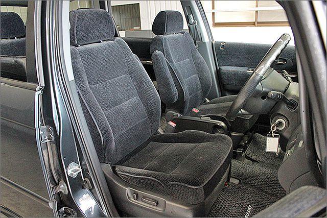 室内をご覧ください。運転席シートの状態です。