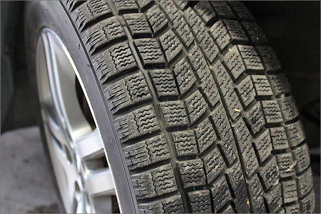 スタッドレスタイヤになります。有料にて夏用タイヤにも交換できます。
