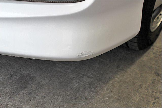バンパーの下部にタッチアップの補修跡がございます。