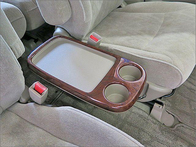 運転席、助手席の間には収納式のサイドテーブルがございます。