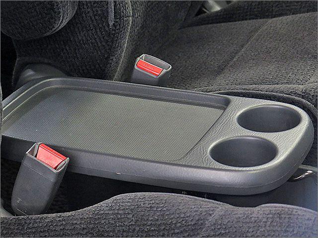 運転席、助手席の間には可倒式のセンターテーブルがございます。