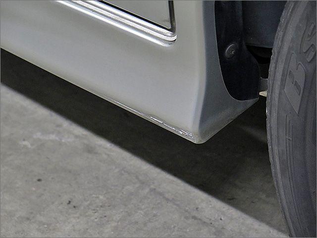 サイドスポイラー下部にも少しだけタッチアップの補修跡がございます。