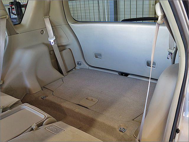 リヤシートをたたんでみます。 3列目のシートは収納することもできます。