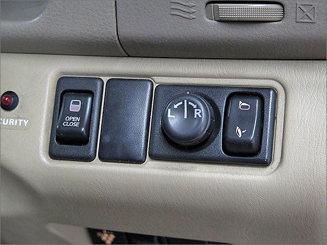 左側自動ドアです、ボタンひとつで開閉が可能です。