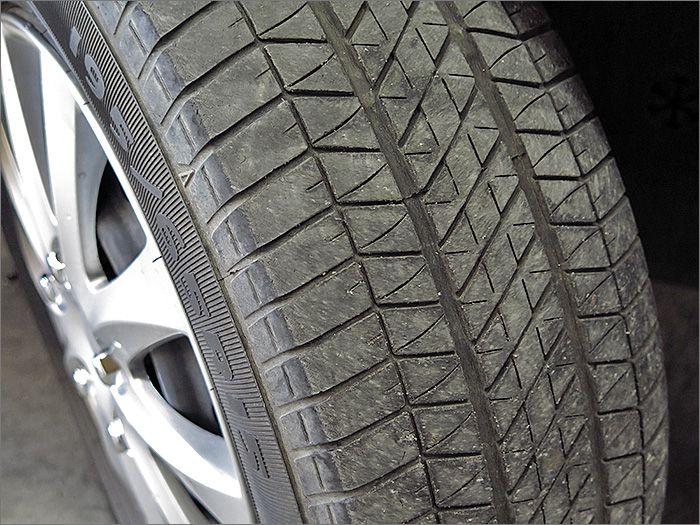 タイヤの残り溝は半くらいでしょうか。