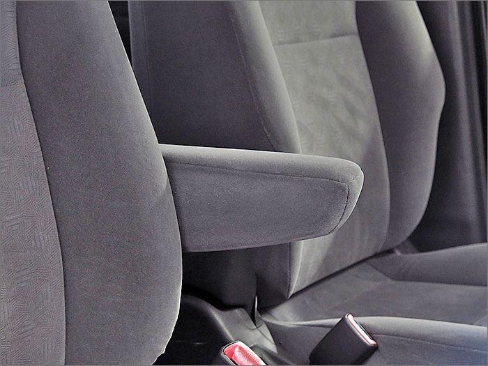 運転席シートはアームレスト付。