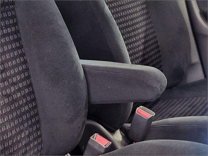 運転席アームレスト付。