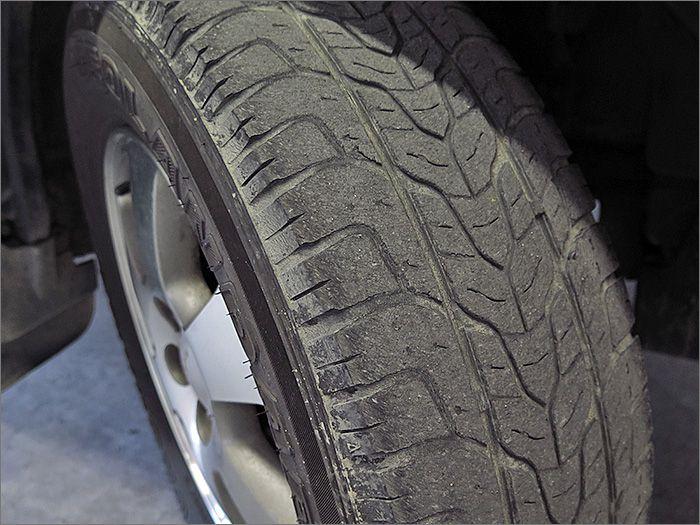 タイヤの残り溝は半分程度ありますのでこのままお乗りいただけます。