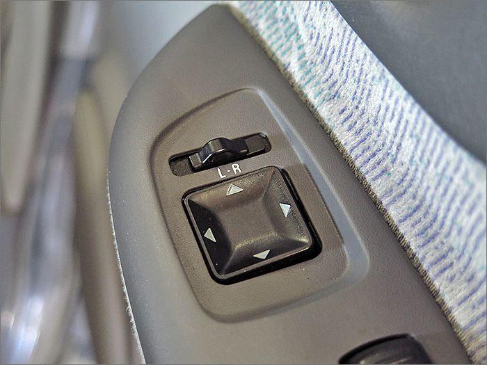 ドアミラーは角度の調整のみです。電動格納機能はございません。