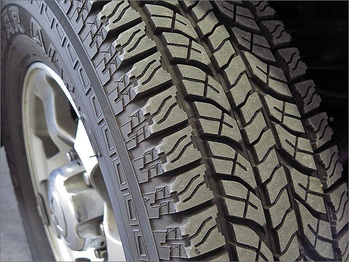 タイヤの残り溝はほぼ新品に近い状態です。銘柄はヨコハマのジオランダーです。