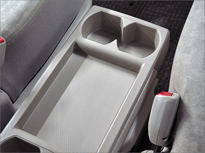 運転席と助手席の間には可倒式のセンターテーブル付。