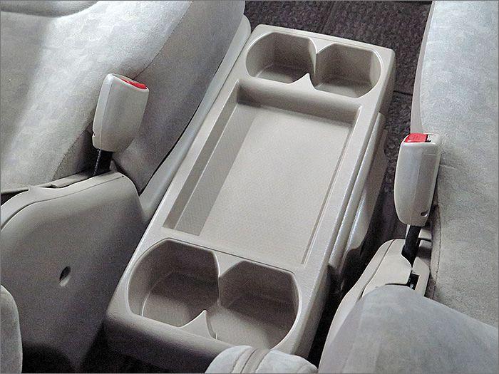 運転席と助手席の間には収納式のテーブルが付属します。