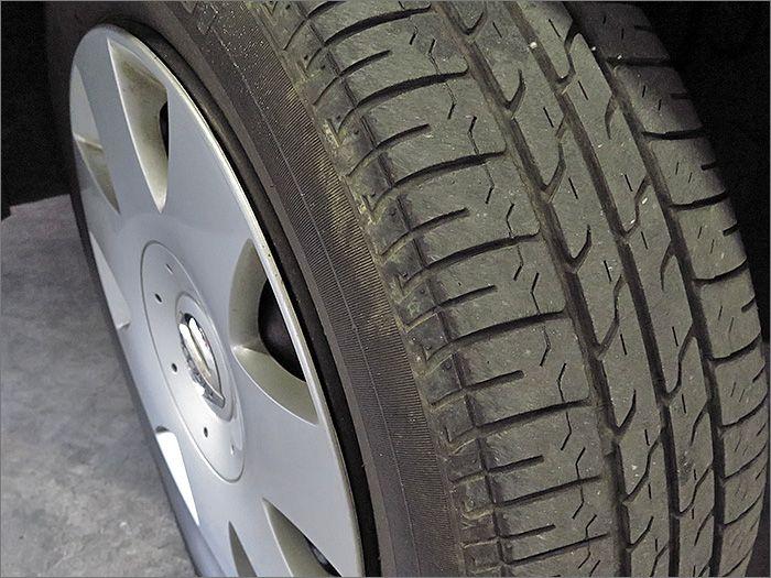 タイヤの残り溝は7分山程度ありますのでこのままお乗りいただけます。