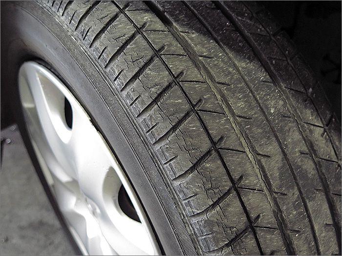 タイヤの残り溝は半位になります。