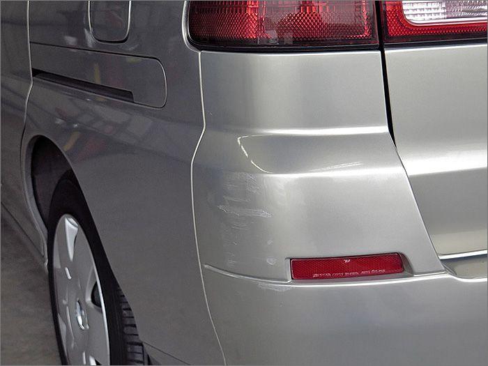 リヤバンパーの左コーナーにタッチアップの補修があります。