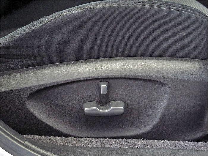 運転席はパワーシート付。