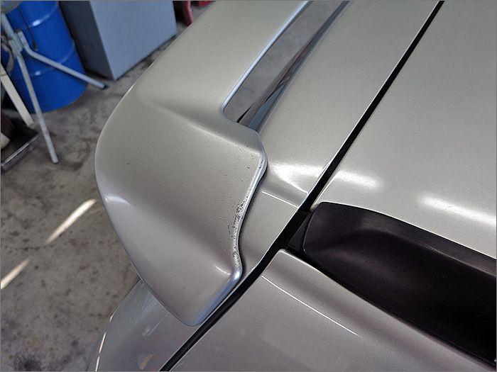 リヤスポイラー上部にすこし塗装の老化が見受けられます。