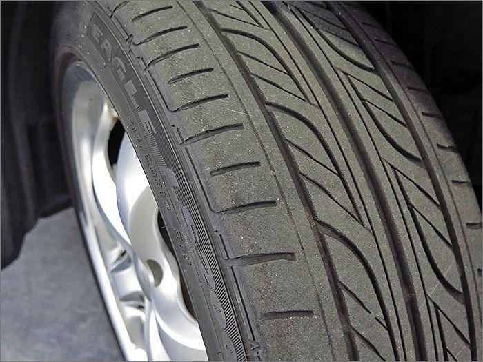タイヤの残り溝は6分山程度ありますのでこのままお乗りいただけます。