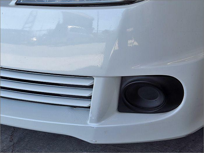 フロントバンパーにタッチアップ補修と塗装にヒビがあります。