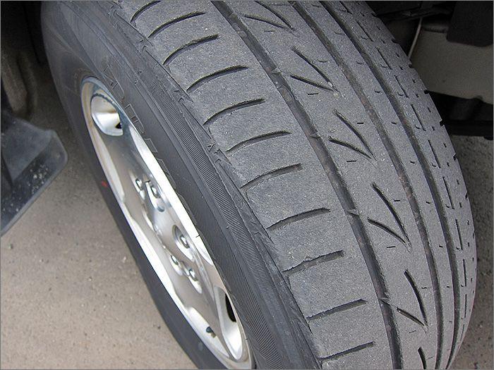 タイヤの残り溝は5分山程度ありますのでこのままお乗りいただけます。