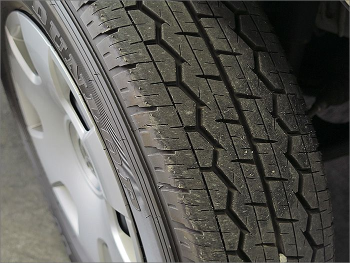 タイヤの残り溝は4本とも新品に近い状態です。