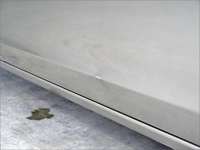 運転席ドアの写真です、プレスラインあたりにヘコミがあります。