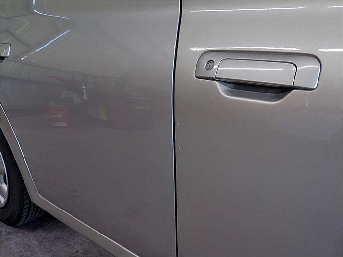 運転席ドアの際に傷があります。
