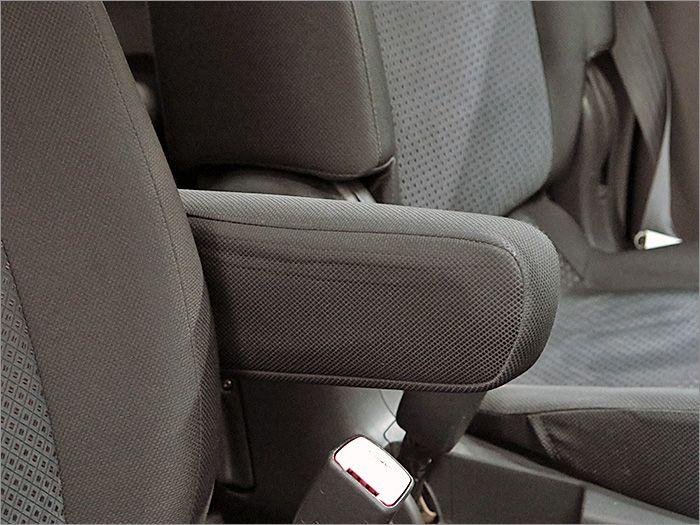 アームレスト装備ですのでドライブ中に疲れを和らげます。