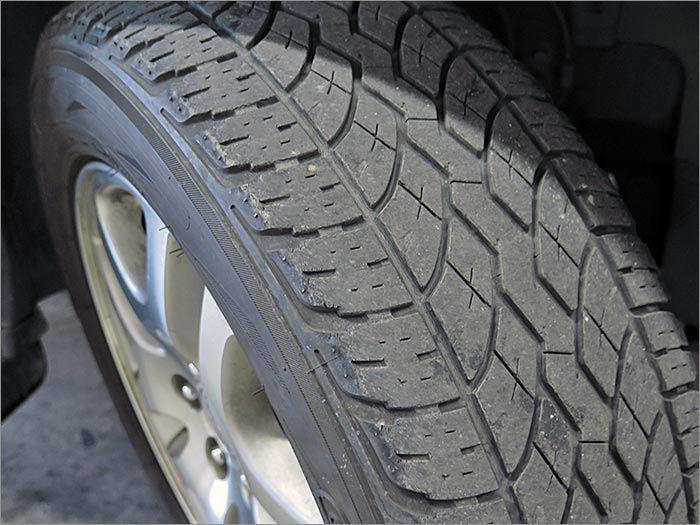 タイヤの残り溝は半分程度あります。