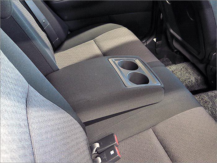 後部座席にもドリンクホルダー付きのアームレストがございます。