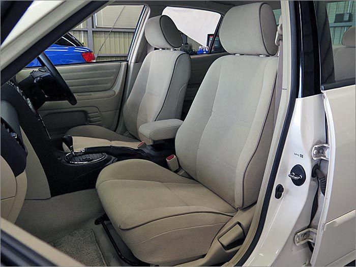 ベージュ・スエード調のシートは汚れやすい環境ではありますが、その分きれいに保たれている内装は、素晴らしく、他のグレードには無いエレガントな佇まいを魅せてくれます。