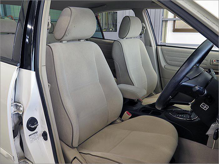運転席シート、汚れやスレも無くキレイな状態です。