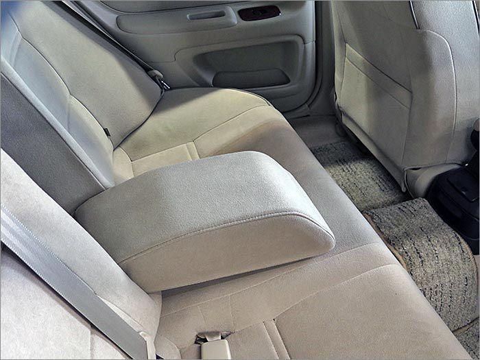 後部座席にもアームレストが装備されています。