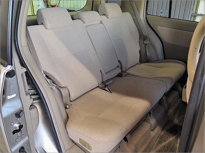 こちらの後部座席はほとんど使用されていない感じを受けました。本当に「きれい」な状態ですよ。