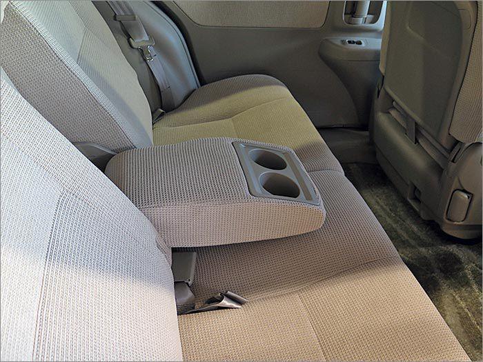 後部座席もアームレスト装備。